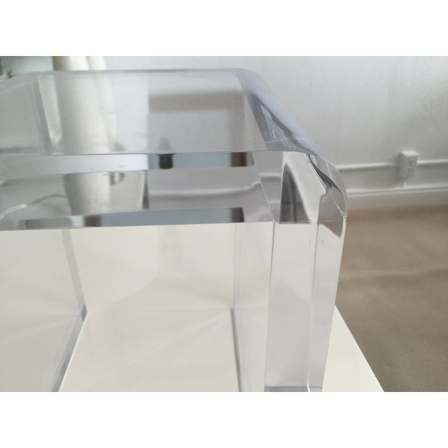 Created by Gallerie Marumo, this pedestal is a waterfall design with one and a half inch thick acrylic. Sturdily built and...