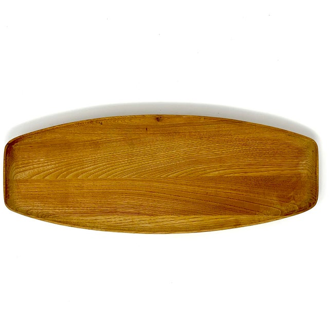 Mid-century modern wooden serving tray. Delicately curved lines, in excellent condition.