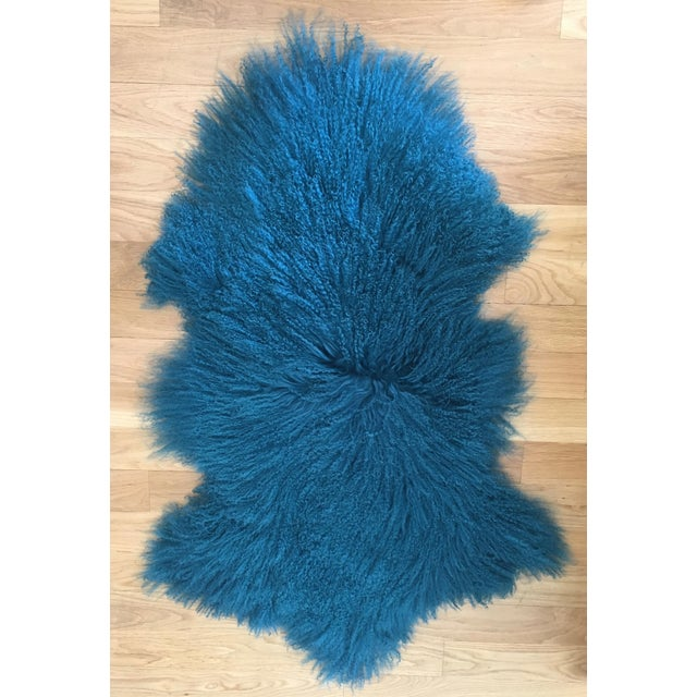 Luxurious and soft accent rug in a beautiful turquoise/teal color. Looks fantastic on the floor or on top of furniture as...