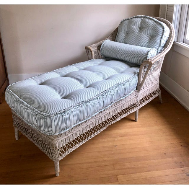 French Country Vintage Nantucket Wicker Tufted Chaise Lounge. For Sale - Image 3 of 7