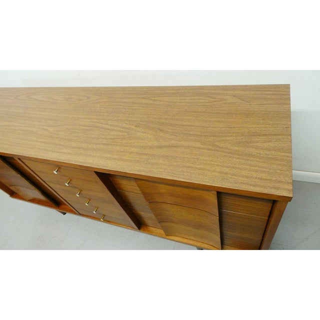 "Mid Century Modern Johnson Carper ""Fashion Trend"" Winged Face Walnut 9 Drawer Triple Dresser For Sale In Orlando - Image 6 of 8"