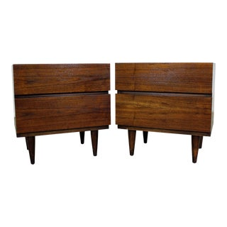 Pair of Mid-Century Danish Modern American of Martinsville Walnut Nightstands For Sale