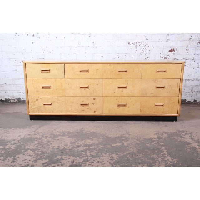A gorgeous Milo Baughman style mid-century modern seven-drawer long dresser or credenza By Henredon USA, 1980s Burled...