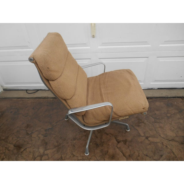 I have a very nice Vintage Herman Miller Padded Swivel Lounge Chair. This chair is in very good vintage condition. The...