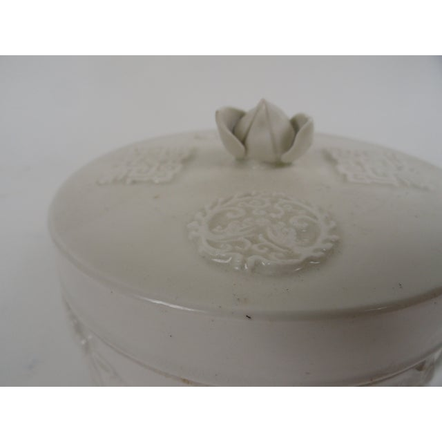 1920s Chinese Round Ceramic Box For Sale - Image 4 of 12