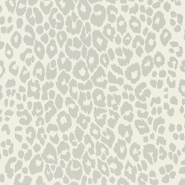 Sample Schumacher Iconic Leopard Pattern Animal Print Wallpaper In Cloud Grey