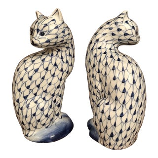 1980s Herend Style Chinoiserie Blue & White Hand-Painted Fishnet Pattern Cat Figurines - a Pair For Sale