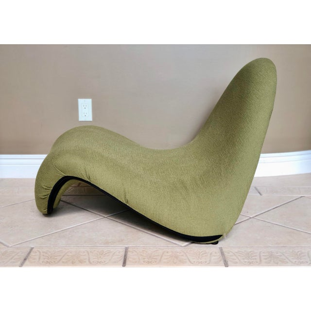 This is a Pierre Paulin tongue lounge chair designed in 1968 and made by Artifort. The sculptural modern chair features a...