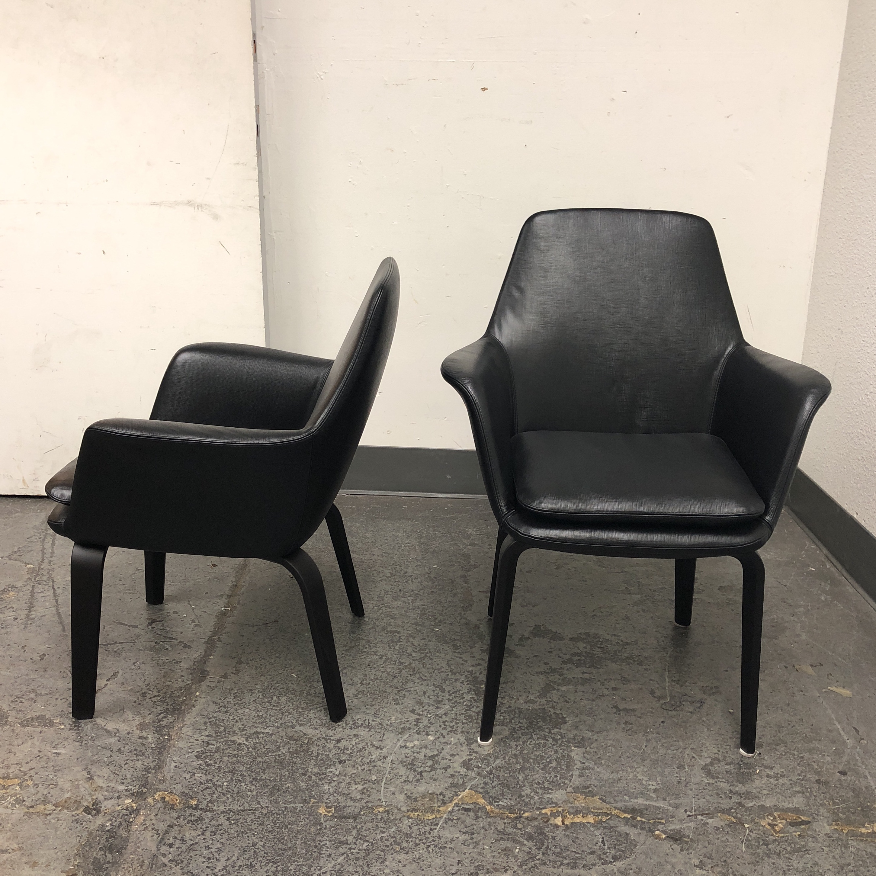 2010s Minotti York Lounge Leather Chairs   A Pair For Sale   Image 5 Of 12