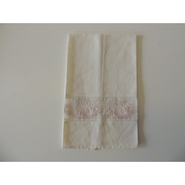 1990s Vintage Pink and White Embroidered Bathroom Guest Towel For Sale - Image 5 of 5