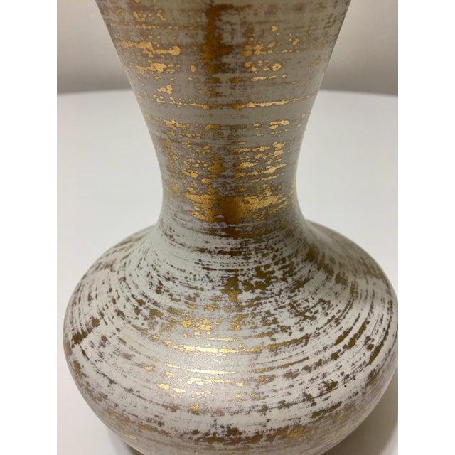 Vintage Atomic Era 22kt Gold Spun White Art Pottery Vase - Image 4 of 6
