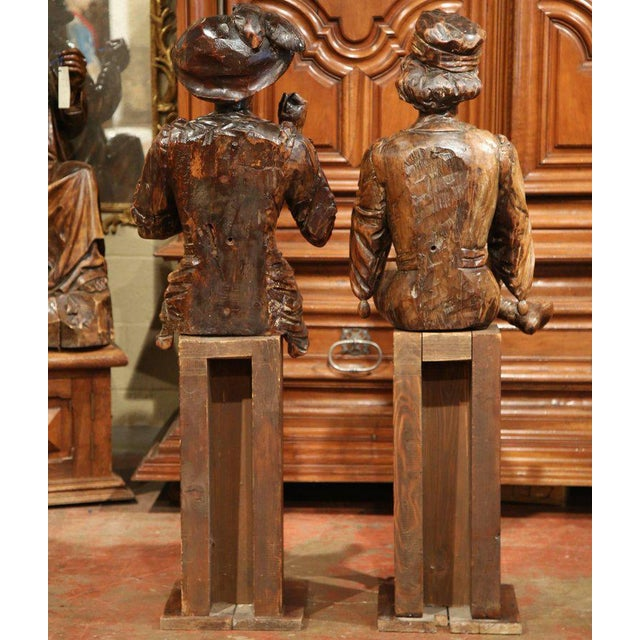 """Mid-18th Century """"The Cards Players"""" Italian Carved Walnut Statues - A Pair For Sale - Image 10 of 10"""