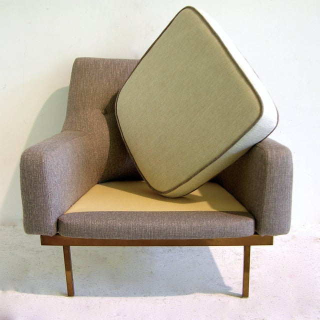 1970s Arflex Italian Brass Base Two-Tone Pepper Cream and Taupe Gray Armchair For Sale - Image 9 of 13