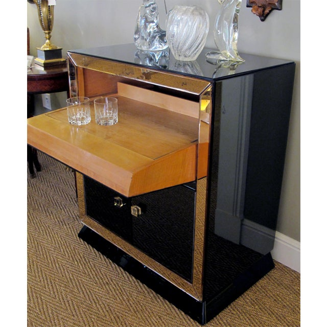 A sophisticated French 1940's bar with black glass and peach-colored mirrored border For Sale - Image 4 of 5