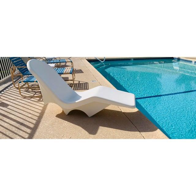 White Mid-Century Fibrella Fiberglass Pool Sun Chaise Lounge by Le Barron For Sale - Image 8 of 12