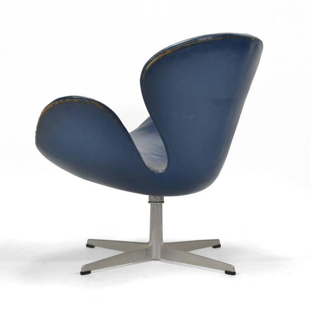 Arne Jacobsen Swan Chair in Original Blue Leather by Fritz Hansen For Sale In Chicago - Image 6 of 10