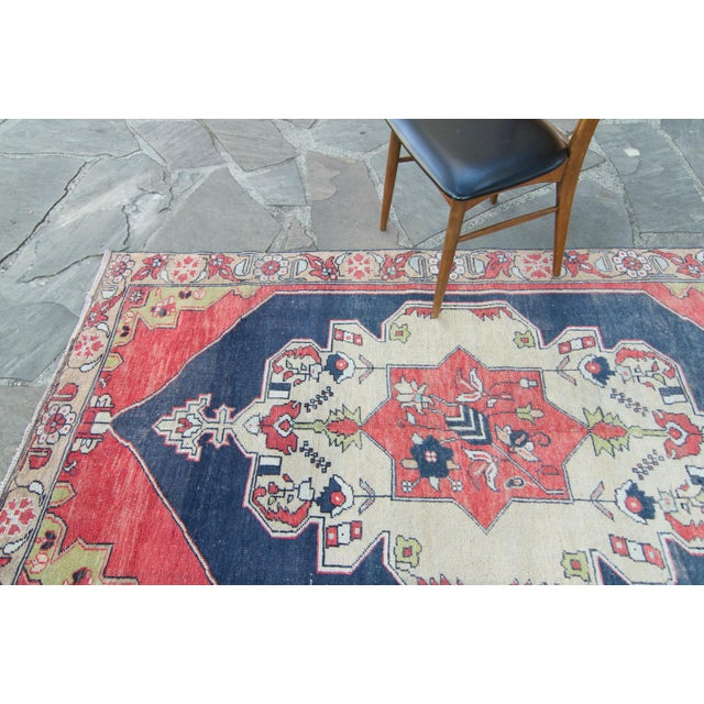 "House of Séance - 1950s Vintage Anatolian Floral Medallion Oushak Eregli Wool Hand-Knotted Rug - 4'3.5"" X 7'10"" For Sale - Image 4 of 11"
