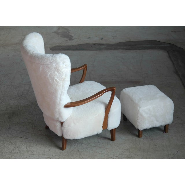 Fritz Hansen Style Lounge Chair and Ottoman Covered in White Shearling Sheepskin For Sale - Image 11 of 12