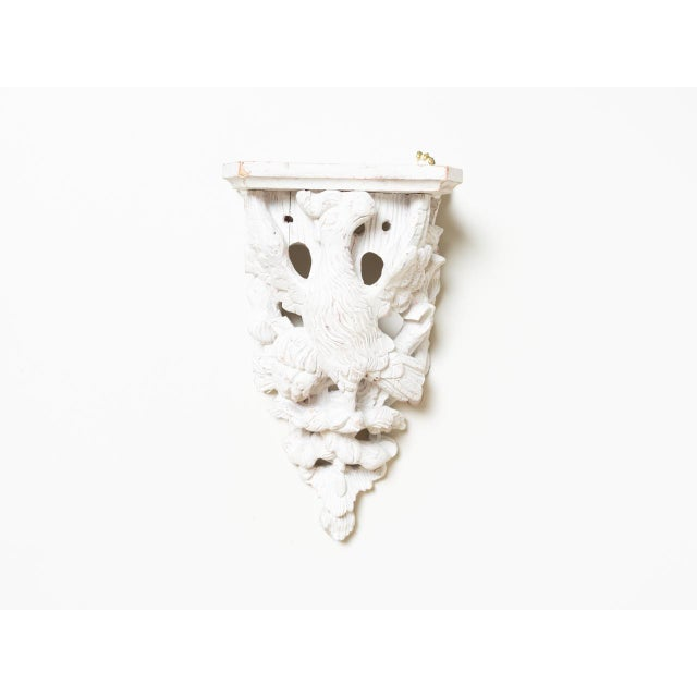 Left-facing hand-carved wood eagle bracket shelf. Made in England circa the 1890s. In the style of traditional.