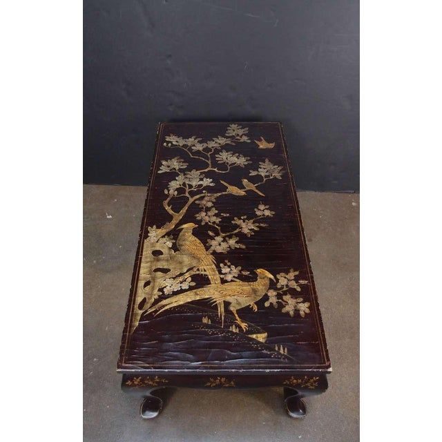 1940s A Chinoiserie Brown Lacquer and Gilt Decorated Coffee Table For Sale - Image 5 of 7