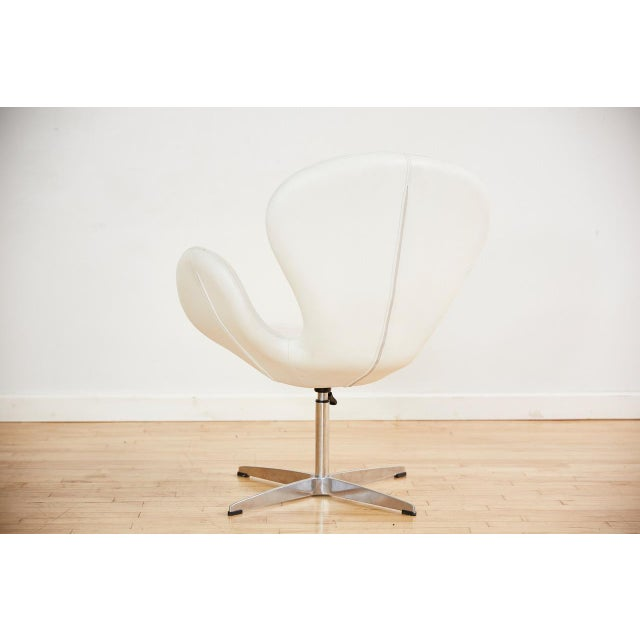 Arne Jacobsen Arne Jacobsen Style Swan Swiveling Lounge Chair For Sale - Image 4 of 12