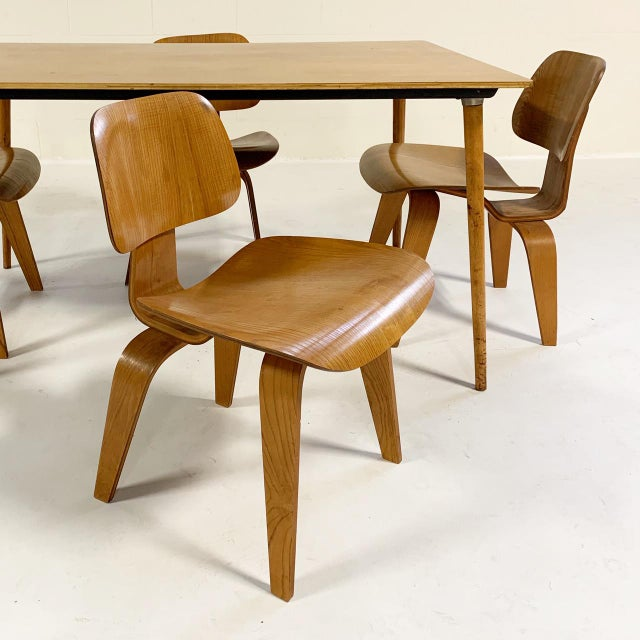 This is a very nice set, in fine vintage condition. Herman Miller, USA, 1945/c. 1950 walnut plywood, walnut, rubber,...