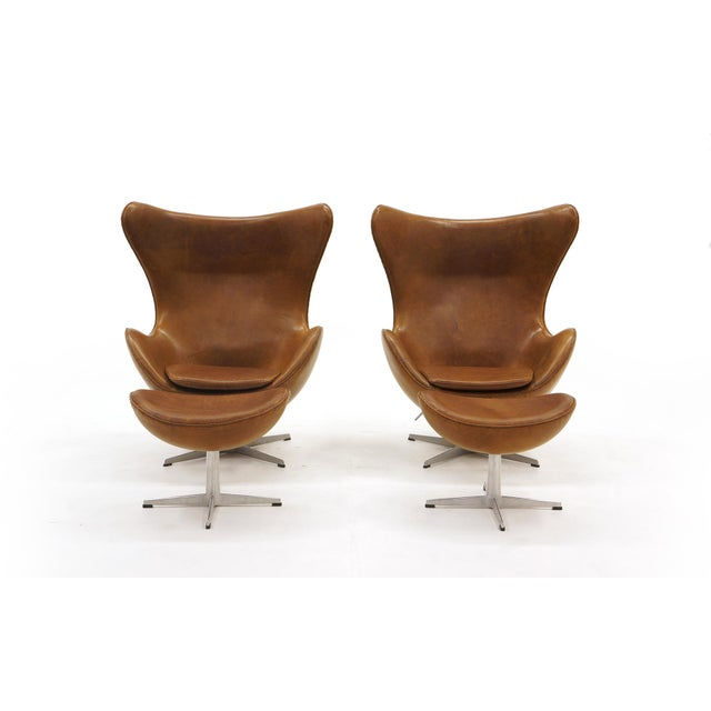 Mid-Century Modern Pair of Arne Jacobsen Egg Chairs With Ottomans for Fritz Hansen, Cognac Leather For Sale - Image 3 of 9
