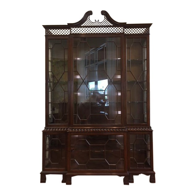 1980s Chippendale Baker Furniture Company Mahogany Breakfront China Cabinet For Sale